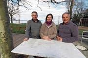 Remo Volmar (Koch), Astrid Blatt und Sabino Ciarla (Platzwarte) haben dieses Wochenende die Strandbad-Saison in Uttwil eröffnet. (Bild: PD)