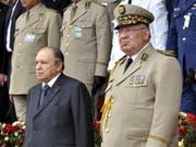 Algeriens Präsident Abdelaziz Bouteflika (links) hat beim algerischen Verfassungsrat seinen Rücktritt eingereicht. Rechts von ihm Armeechef Ahmed Gaid Salah. (Bild: KEYSTONE/EPA/STRINGER)