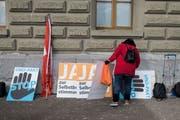 Noch gibt es sie: Eine Aktivistin der Auns ordnet Plakate bei der Übergabe einer Petition mit dem Titel «Stopp UNO-Migrationspakt» an die Bundeskanzlei. (Bild: Alessandro della Valle, Keystone, Bern, 20. November 2018)