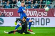 Das 2:0: Der Luzerner Marvin Schulz lupft nach einem Sololauf den Ball über den machtlosen St.Galler Goalie Dejan Stojanovic. (Bild: Martin Meienberger/freshfocus)
