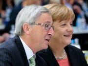 EU-Kommissionschef Jean-Claude Juncker bringt die deutsche Kanzlerin Angela Merkel für ein Amt auf der EU-Ebene ins Spiel. (Bild: KEYSTONE/AP/MARKUS SCHREIBER)