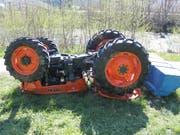 Der Traktor blieb nach dem Unfall mit den Rädern nach oben liegen. (Bild: Kapo AI)