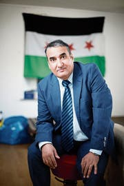 Ziad Al Mahmoud in seinem Zimmer in Unterägeri. Im Hintergrund ist die syrische Flagge zu sehen. (Bild: Stefan Kaiser, 15. April 2019)