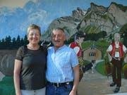 Rös und Albert Wittenwiler, hier vor dem Bild, das die Ennetbühlerin Ruth Egli gemalt hat, beenden am kommenden Sonntag nach 16 Jahren ihre Wirtetätigkeit in der «Krone» Nesslau. (Bild: Franz Steiner)