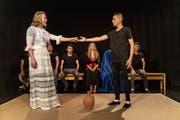Asylbewerber als Gefängnisinsassen proben «Der Sturm» von Shakespeare. Für die Rolle Mirandas stiess eine Frau von aussen zur Theatergruppe. (Bild: Michel Canonica)