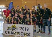 Goldregen und Siegerpokal für Swiss Central Basketball zum Saisonabschluss. Bild: Daniel Schriber (Wettingen, 22. April 2019)