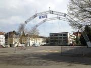 Am Montagmittag steht auf dem Spelteriniplatz bereits das Skelett des Zelts des Circus Knie. (Bild: Reto Voneschen - 22. April 2019)