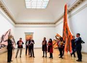 Die Neuseeländerin Judy Millar (links im Bild) in ihrer Ausstellung «The Future and the Past Perfect» im Kunstmuseum St.Gallen. (Bild: PD/Kunstmuseum St.Gallen)