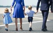 Prinz William und Kate, Duchess of Cambridge auf dem Flughafen Berlin mit ihren Kindern Prinz George and Prinzessin Charlotte 2017 (Steffi Loos/Pool Photo via AP, File)