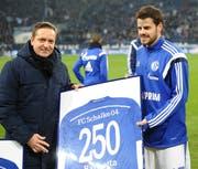 Horst Heldt, der Manager von Schalke, überreicht Barnetta ein Trikot.