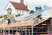 Handwerker montieren die neuen Schindeln. (Bild: Marion Wannemacher, Flüeli-Ranft, 17. April 2019)