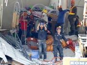 Rettungskräfte suchen in der Provinz Pampanga nach verschütteten Personen. (Bild: Keystone/AP/BULLIT MARQUEZ)