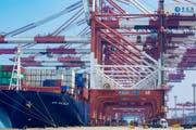 Der Containerhafen in Qingdao: Über die neue Seidenstrasse sollen auch von hier aus chinesische Produkte in die Welt hinausgehen. (Bild: Yu Fangping/Imaginechina/Keystone (Qingdao, 17. April 2019))