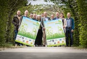 Vertreter des Initiativkomitees Biodiversität Thurgau posieren anlässlich einer Medienkonferenz im Frauenfelder Klösterligarten. (Bild: Reto Martin)