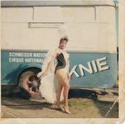 Die Artistin hat viele Fotos aufbewahrt und schwelgt immer noch gern in Zirkuserinnerungen.