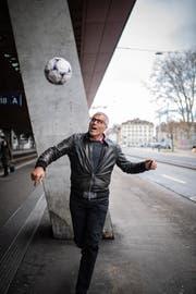 Sein Feuer für den Fussball brennt nach wie vor: Andy Egli beherrscht den Ball am Hauptbahnhof Zürich mit 60 Jahren wie zu seiner besten Zeit. (Bilder: Benjamin Manser/8. März 2019)