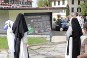Mehr als bloss ein Wegweiser: Die neuen Tafeln informieren über historisches Geschehen. (Bilder: Joëlle Ehrle)