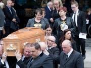 Der Sarg mit der Leiche von Lyra McKee vor der Kathedrale St Anne in Belfast. (Bild: KEYSTONE/EPA/ARTHUR CARRON)