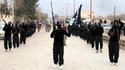 IS-Kämpfer im syrischen Raqqa. (AP Photo/militant website, File, 2014)