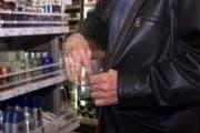 Einer der Männer hat mutmasslich unmittelbar vor der Festnahme einen Ladendiebstahl begangen.