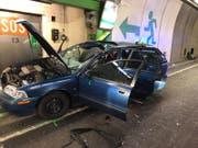 Das Foto zeigt, wie das Rad in der Windschutzscheibe steckt: Der Fahrer des Autos wurde beim Unfall getötet. (Bild: Kantonspolizei Uri)