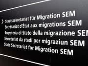 Das Staatssekretariat für Migration (SEM) hat bei der Einführung der beschleunigten Asylverfahren mit Verzögerungen bei IT-Instrumenten zu kämpfen, schreibt die Finanzkontrolle. (Bild: KEYSTONE/WALTER BIERI)