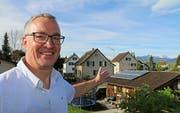 Olaf Tiegel zeigt auf den Pferdestall im Garten seiner Familie, wo er die Solarmodule aufbaute. Durch den Selbstbau eignen sich Hausbesitzer vertiefte Kenntnisse an und verstehen, wie die Anlage funktioniert. (Bild: Hildegard Bickel)