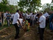 Erste Opfer der Anschläge in Sri Lanka wurden bereits beigesetzt. (Bild: KEYSTONE/AP/GEMUNU AMARASINGHE)