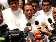 Staatspräsident Maithripala Sirisena kündigte an, die Führungen der Polizei und anderer Sicherheitskräfte auszutauschen. Hinweise auf Anschlagspläne seien nicht an die Regierung weitergegeben worden. (Bild: KEYSTONE/EPA/M.A.PUSHPA KUMARA)