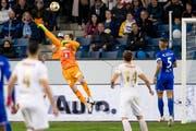 Die entscheidende Szene: Luzerns David Zibung kann den Ball vor dem 1:0 nicht festhalten. (Bild: Philipp Schmidli, 23. April 2019 in der Swissporarena Luzern)