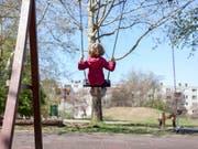 Viel Bewegung ist auch schon für kleine Kinder wichtig, um späterem Übergewicht vorzubeugen. (Bild: KEYSTONE/PETRA OROSZ)