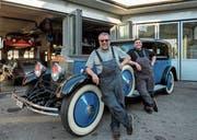 Sepp Egger (links) und Moritz Kind vor einem Rolls Royce Phantom 1, einem besonderen Prunkstück.