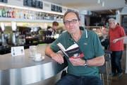 Hans Wüst hat unter dem Pseudonym Giovanni Brutto einen Krimi geschrieben. Dreh und Angelpunkt der Geschichte ist das Stadtcafé Sursee. Bild: Boris Bürgisser (25. April 2019)