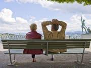 Die Lebenserwartung in der Schweiz steigt weiter - die der Männer etwas stärker als die der Frauen. (Bild: Keystone/GAETAN BALLY)
