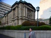 Die Bank von Japan legt sich auf Niedrigzins bis ins Jahr 2020 fest. (Bild: KEYSTONE/EPA/FRANCK ROBICHON)