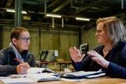Annette Windlin (links) bespricht sich mit der Urnerin Corinne Gnos. (Bild: PD)