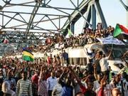 Seit rund zwei Wochen kommt es im Sudan zu Protesten gegen den regierenden Militärrat. Am Donnerstag hat der «Marsch der Million», zu dem die Opposition aufgerufen hat, begonnen (Bild: KEYSTONE/AP)