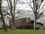 Das Theater St. Gallen will in der letzten Spielzeit vor der grossen Sanierung des Theatergebäudes beim Stadtpark nochmals «Theater total» bieten. Am Donnerstag wurde der Spielplan präsentiert. (Bild: KEYSTONE/GIAN EHRENZELLER)