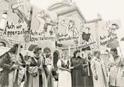 Ausserrhoder Frauen stehen in den 1980er-Jahren in Bern für ihre Rechte ein. Dies führte in der Heimat zu Unmut. Die Aktion wurde als «lächerlich» abgetan. (Bild: PD)