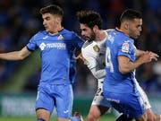 Real Madrids Isco (Mitte) biss sich an Getafes Spielern die Zähne aus (Bild: KEYSTONE/AP/BERNAT ARMANGUE)