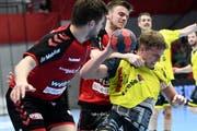Harter Playoff-Kampf: Der Otmärler Tobias Wetzel behauptet den Ball gegen zwei Berner. (Bild: Freshfocus)