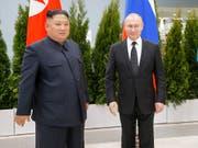 Haben sich in der ostrussischen Stadt Wladiwostok erstmals persönlich getroffen: Russlands Präsident Wladimir Putin und Nordkoreas Machthaber Kim Jong Un. (Bild: Keystone/AP/Alexander Zemlianichenko)