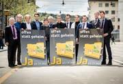 Mitglieder des überparteilichen Initiativkomitees stehen für ein Ja am 19. Mai zusammen. (Bild: Reto Martin)
