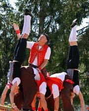 Sira Keller (rechts) und Alina Knöpfel treten auch mit der Akrobatikgruppe «Akrobis» auf.