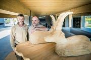 Die beiden Geschäftspartner Rudolf Grimm und Jonas Gafner mit einer Steinbock-Wippe im neuen Werkhof. (Bild: Andrea Stalder)