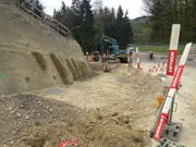 In der ersten Kurve der Rechenstrasse: Hier wird die Böschung teilweise abgetragen, um eine provisorische Baustrasse erstellen zu können. (Bild: Reto Voneschen - 25. April 2019)