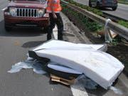 Eine Matratze fiel auf der Autobahn A2 von einem Anhänger und wirbelte auf die Gegenfahrbahn, wo sie von einem Auto erfasst wurde. (Bild: Luzerner Polizei)