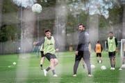 Trainerassistent Ioanis Amanatidis beobachtet das Schusstraining der Testspieler. (Bild: Hanspeter Schiess)