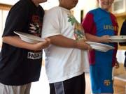 Jedes sechste Kind in der Schweiz hat Übergewicht. (Bild: KEYSTONE/MARTIN RUETSCHI)