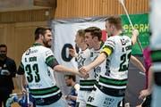 Die Sarnen Spieler feiern einen Treffer. (Bild: Claudio Schwarz (Kloten, 12. April 2019))
